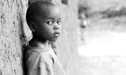 Aya Laurie Kouadio : Les enfants « microbes », portrait « d'une société malade »