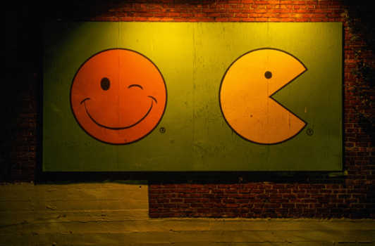 Fresque sur un mur, smiley clin d'oeil et smiley Pac-Man