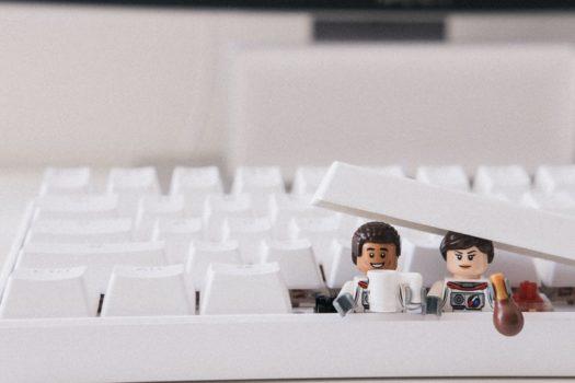 Deux Légos qui sortent d'un clavier d'ordinateur